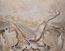 Monumento funerario di Claudia Toreuma.  Particolare raffigurante un uccellino con una farfalla nel becco. Inizio del I secolo d.C.
