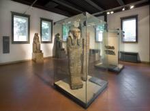 sala egizia con le due statue di Sekmet e un sarcofago dipinto